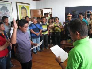 Vice Mayor Allan Seares taking his oath as the Acting Mayor before Gov. Takit Bersamin.
