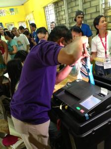 how to remove a paper-jam on a PCOS Machine? All you need is an umbrella! Kaya pala umulan ngayon. Save by the payong. GMA News