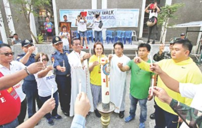 FOR PEACEFUL ABRA ELECTIONS – Abra Bishop Leopoldo Jaucian (center) is joined by local candidates and members of government and private sector agencies and organizations in the Unity Walk for Secure and Fair Elections 2016 at the St. James the Elder Cathedral grounds yesterday morning. (Zaldy C. Comanda)